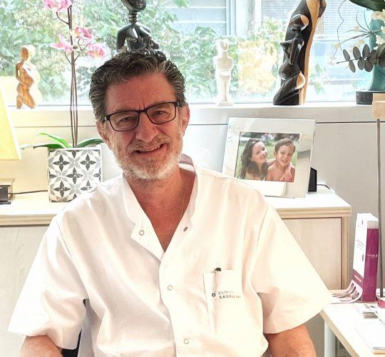Dr. Joan Matas Dalmases en su consulta de Barcelona